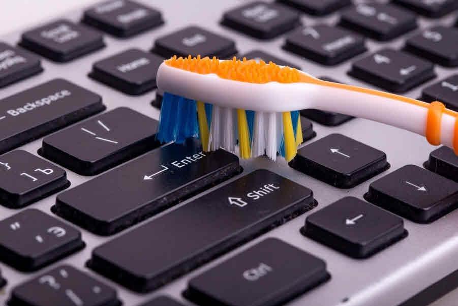 تنظيف لوحة مفاتيح اللاب توب والكمبيوتر المكتبى